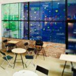 Kawiarnia Hoża 51- widok z kawiarni na ściankę wspinaczkową